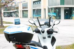allestimento veicoli polizia locale -allestimento SCOOTER regione marche - dettaglio lampeggiante bauletto - CELIANI ALLESTIMENTO VEICOLI SPECIALI