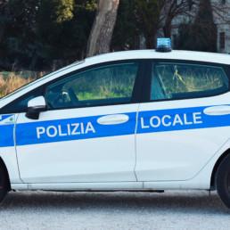 allestimento-esterno-base-Polizia-Locale-lampeggianti-shark-intav-celiani-allestimento-veicoli