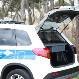 allestimento-interno-medio-Polizia-Locale-dettaglio-vano-posteriore-piano-scrivania-cassetto-estraibile-celiani-allestimento-veicoli