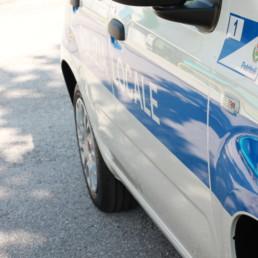 allestimento-esterno-base-Polizia-Locale-dettaglio-grafica-orafol-celiani-allestimento-veicoli