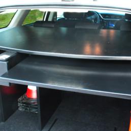 allestimento-interno-top-Polizia-Locale-dettaglio-vano-posteriore-scrivania-estraibile-celiani-allestimento-veicoli