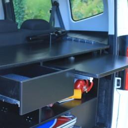 allestimento-interno-top-Polizia-Locale-dettagio-piano-lavoro-vano-posteriore-scrivania--celiani-allestimento-veicoli