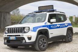 veicolo-polizia-locale-allestimento-renegade grafica personalizzata e barra intav a messaggio variabile-celiani allestimento veicoli e forniture