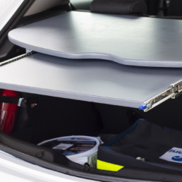 allestimento-interno-medio-Polizia-Locale-dettaglio-vano-posteriore-piano-scrivania-estraibile-celiani-allestimento-veicoli
