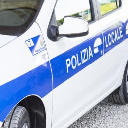 allestimento-esterno-medio-Polizia-Locale-dettaglio-grafica-celiani-allestimento-veicoli
