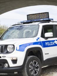 allestimento-esterno-TOP-Polizia-Locale-dettaglio-barra-messaggio-variabile-bidirezionale-grafica-personalizzata-celiani-allestimento-veicoli