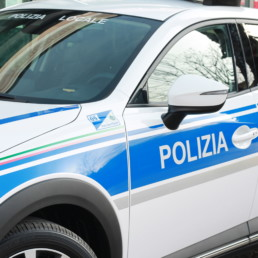 allestimento-esterno-top-dettaglio-fiancata-grafica-personalizzata-polizia-locale-celiani-allestimento-veicoli
