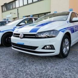allestimento veicolo polizia locale - allestimento esterno base - volkswagen polo e golf regione abruzzo - dettaglio grafica orafol frontale - celiani allestimento veicoli speciali