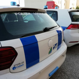 allestimento veicolo polizia locale - allestimento esterno base - volkswagen polo e golf regione abruzzo dettaglio posteriore grafica orafol - celiani allestimento veicoli speciali