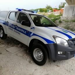 allestimento veicolo polizia locale - allestimento esterno base - comune rapino abruzzo grafica personalizzata orafol barra intav -dettaglio frontale - celiani allestimento veicoli speciali