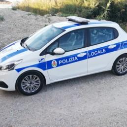 allestimento veicolo polizia locale - allestimento esterno base - peugeot 208 regione abruzzo grafica personalizzata orafol barra intav- celiani allestimento veicoli speciali
