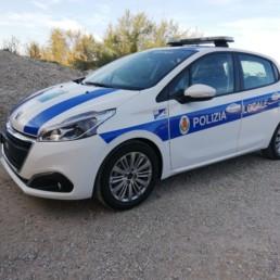 allestimento veicolo polizia locale - allestimento esterno base - peugeot 208 regione abruzzo grafica orafol barra intav - celiani allestimento veicoli speciali