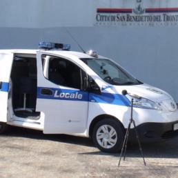 allestimento-esterno-medio-Polizia-Locale-ufficio-mobile-elettrico-polizia-locale-dettaglio-barra-alcyone-brandeggiante-intav-celiani-allestimento-veicoli