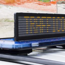 dettaglio allestimento sonoro luminoso barra con pannello messaggio variabile_celiani allestimento veicoli e forniture